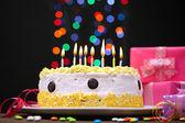 Dort k narozeninám a dárky, na černém pozadí — Stock fotografie