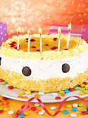 Happy birthday cake and gifts, on red background — Stock Photo
