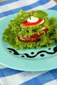 Sabrosas rebanadas médula y tomate asados con ensalada de hojas, close-up — Foto de Stock