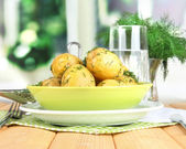 Patatas hervidas en rodillos de servilletas de mesa de madera en el fondo de la ventana — Foto de Stock