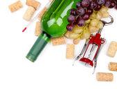 Botella de vino, uvas y corchos, aislados en blanco — Foto de Stock