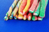 Sladké želé bonbóny na modré poza — Stock fotografie