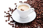Taza de café con café en grano, aislado en blanco — Foto de Stock