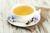 Tasse Tee mit Chicorée, auf hölzernen Hintergrund — Stockfoto