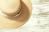 Krásné letní klobouk na dřevěné pozadí — Stock fotografie