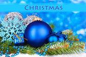 Vánoční dekorace na modrém pozadí — Stock fotografie