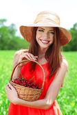 Portrét krásné mladé ženy s plody v poli — Stock fotografie