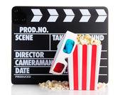 Film filmklapper popcorn en 3d bril, geïsoleerd op wit — Stockfoto