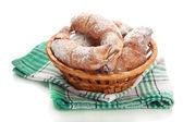 Chuť croissanty v košíku izolovaných na svatodušní — Stock fotografie