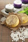 Ręcznie robione mydło i sól morska na mat bambusowych szary — Zdjęcie stockowe