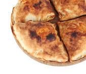 Pizza calzone na dřevěné desce izolovaných na bílém — Stock fotografie