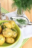 Отварной картофель на валики на на салфетки на деревянный стол — Стоковое фото