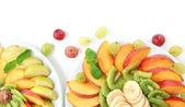 Sortiment krájeného ovoce na desky, izolované na bílém — ストック写真