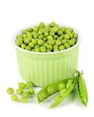 Zoete groene erwten in kom geïsoleerd op wit — Stockfoto