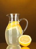 Limonada en jarra sobre fondo naranja — Foto de Stock