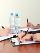 Fechar das mãos de pessoas de negócios durante o trabalho em equipe — Fotografia Stock