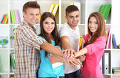 Группа счастливый красивых молодых людей в комнате — Стоковое фото
