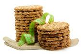 вкусные хрустящие хлебцы и измерительной ленты, изолированные на белом — Стоковое фото