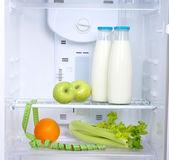Ouvrir le réfrigérateur avec diététique — Photo