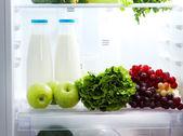 Abrir la nevera con comida vegetariana — Foto de Stock