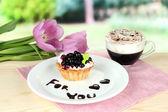 Gâteau sucré à la sauce chocolat et blackberry sur plaque, avec du café, sur fond clair — Photo