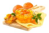 Mermelada de naranja con cáscara y mandarinas en escritorio de madera, aislado en blanco — Foto de Stock