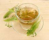 Filiżanka herbaty z lipy na drewniany stół szczegół szkło — Zdjęcie stockowe