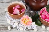 ポット、木製テーブル ナプキンにボード上の茶ローズからお茶のカップ — ストック写真