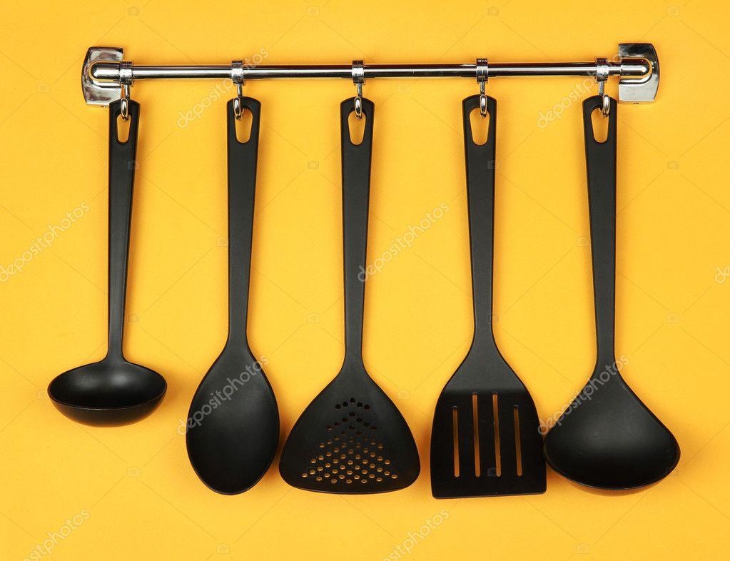 Ustensiles de cuisine noir sur argent %, sur fond jaune ...