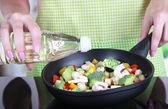 Руки, готовить овощное рагу в сковороде в кухне — Стоковое фото