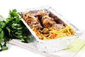 Jedzenie w polu folii na serwetka na białym tle w kolorze białym — Zdjęcie stockowe