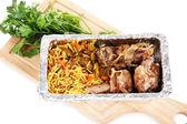 Alimentos en caja de aluminio en tablero de madera aislado en blanco — Foto de Stock