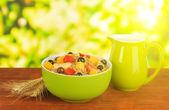 在明亮的背景上桌子上的水果麦片粥 — 图库照片
