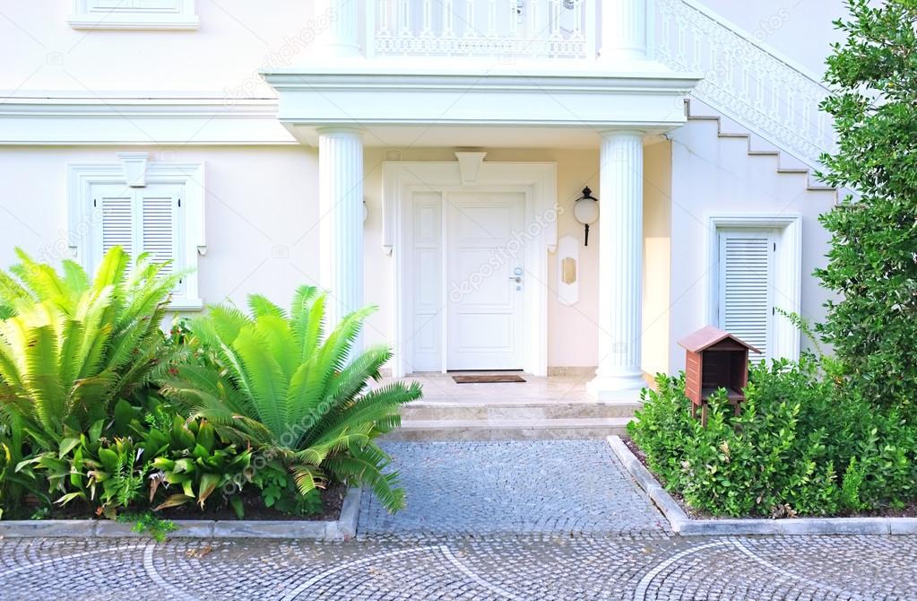 Maison moderne avec am nagement paysager au bord photographie belchonock - Amenagement paysager maison moderne ...