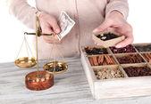 çay ve farklı baharatlar satışı — Stok fotoğraf