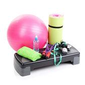 Verschillende hulpmiddelen voor fitness geïsoleerd op wit — Stockfoto