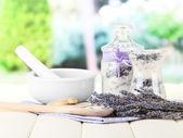 Nature morte avec pot de sucre de lavande, de mortier et de fleurs de lavande fraîches sur fond clair — Photo