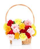 Piękny bukiet róż w wiklinowym koszu na białym tle — Zdjęcie stockowe