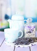 Tarro de azúcar de lavanda y flores de lavanda frescas sobre fondo brillante — Foto de Stock