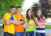 šťastný skupina mladých studentů, stojící v parku — Stock fotografie