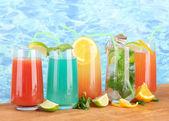 Diferentes tipos de cocktails em fundo azul — Fotografia Stock