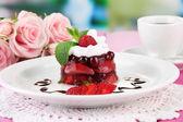 Postre de gelatina sabroso con frutas frescas, sobre fondo brillante — Foto de Stock