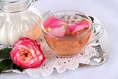 Tasse de thé de thé rose sur un plateau métallique sur blanc — Photo
