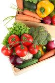 Légumes frais dans des boîtes en bois sur fond blanc — Photo