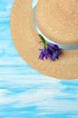 Beautiful summer hat on blue wooden background — 图库照片