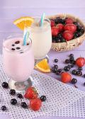 美味奶昔与橙和黑莓手机上木表特写 — 图库照片