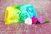 кусок мыло ручной работы, на фоне деревянных цвет — Стоковое фото