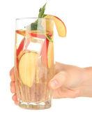 Copo de bebida de fruta com cubos de gelo na mão isolado no branco — Fotografia Stock