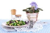 Salade légère sur la plaque sur la serviette sur la table — Photo