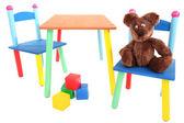 小さなカラフルなテーブルと椅子白で隔離される小さな子供のため — ストック写真